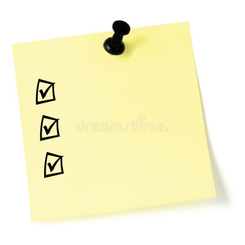 Lista di controllo gialla dell'autoadesivo, caselle di controllo nere e segni di spunta, a pressione isolato, nota appiccicosa in fotografia stock libera da diritti