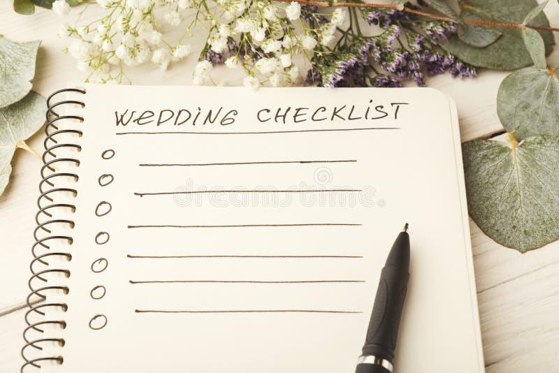 Lista di controllo di nozze e fiori svegli fotografia stock