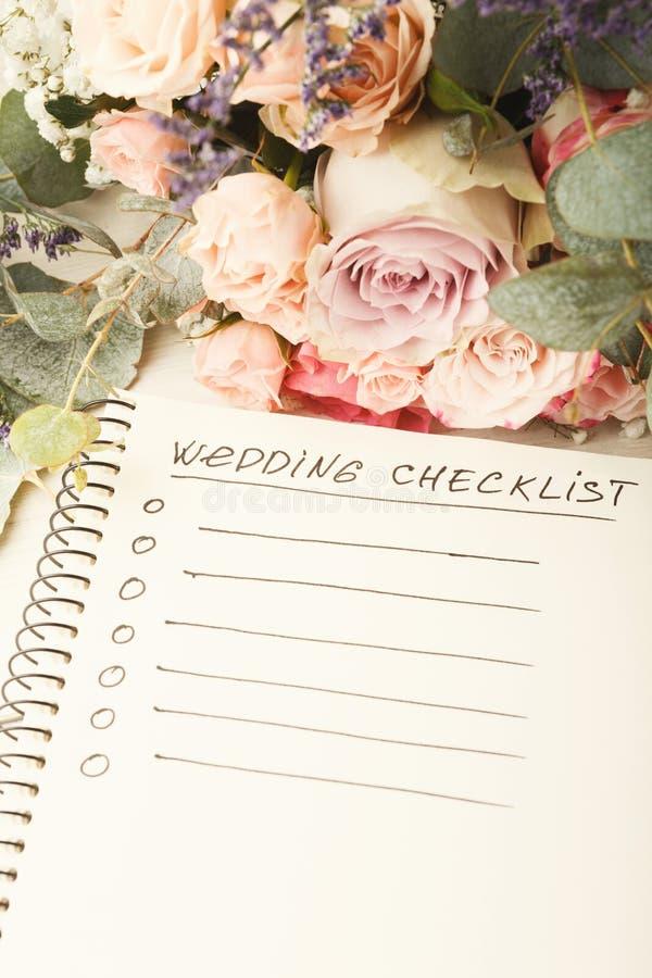 Lista di controllo di nozze e mazzo rosa fotografia stock