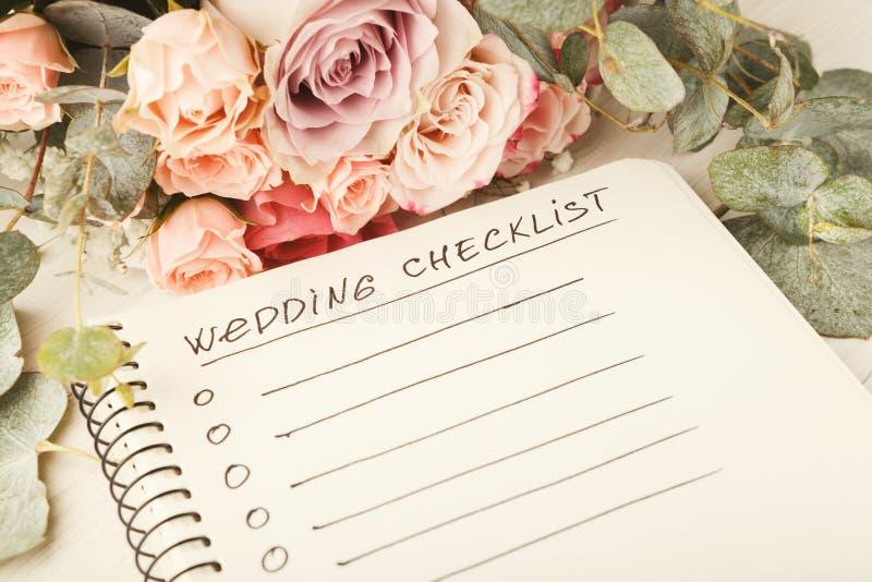 Lista di controllo di nozze e mazzo rosa fotografia stock libera da diritti