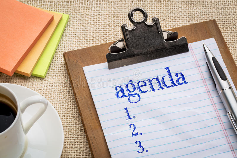 Lista di ordine del giorno sulla lavagna per appunti e sul caffè fotografie stock
