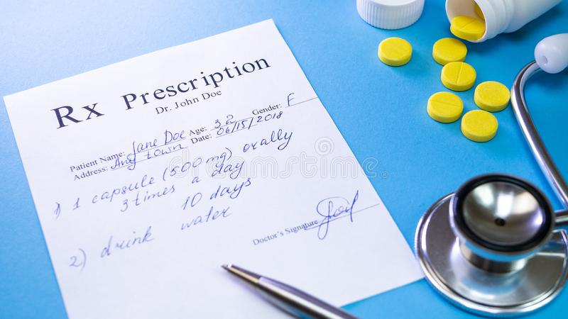 Lista di prescrizione al paziente a fondo blu Concetto della sanità e medicamente fotografia stock