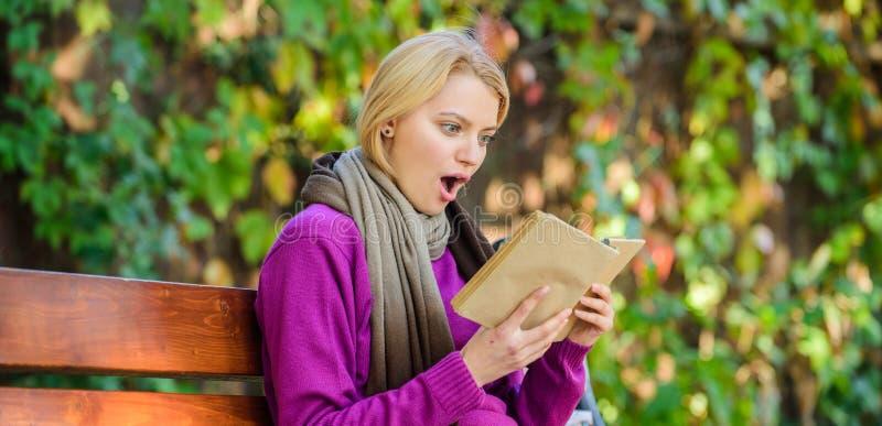 Lista för bok för lista för nedgånglitteraturöverkant för höstsäsong Intellektuell hobby Flickan sitter bänken som kopplar av med arkivbild