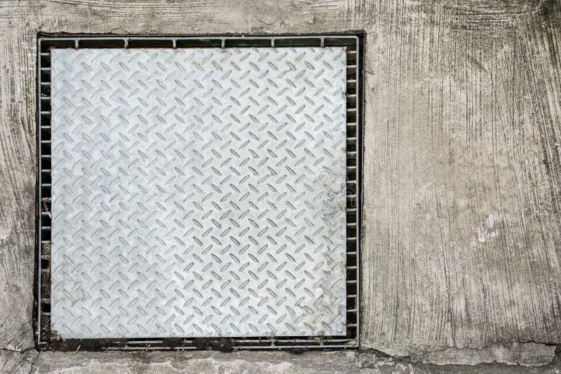 Lista scura di alluminio o inossidabile del cappuccio del tubo di drenaggio del quadrato del metallo, con il tubo di drenaggio di immagine stock