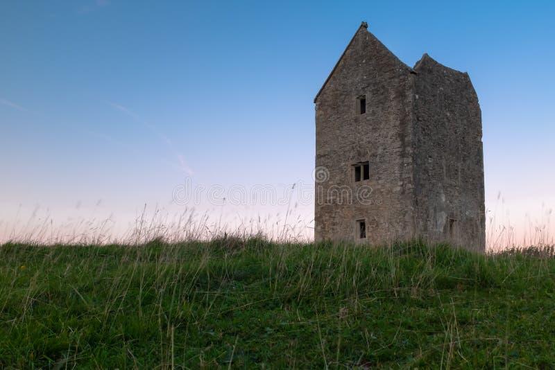 Listade duvslagtornet för kvaliteten det II på Bruton i Somerset sköt på solnedgången royaltyfri fotografi