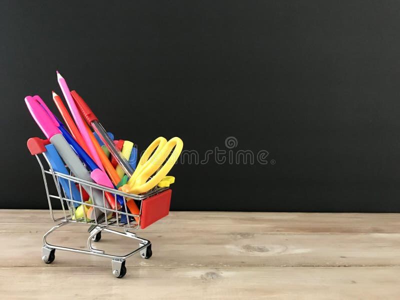 Liste d'école de tableau noir d'approvisionnements de nouveau à la bannière d'école photographie stock