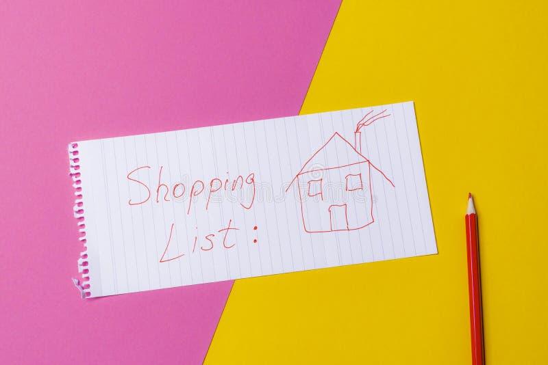Liste d'achats d'immobiliers sur un jaune et un bureau rose Achat ho image stock