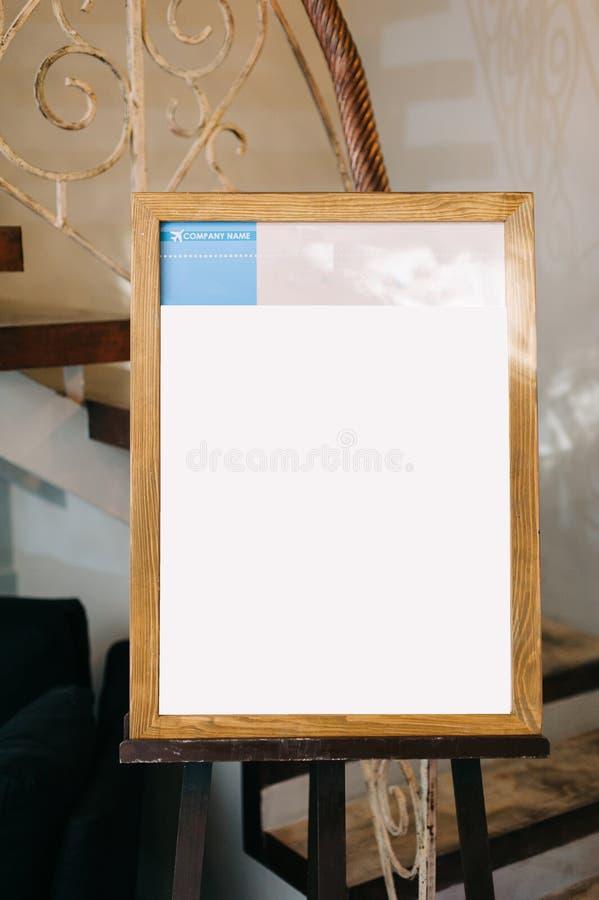 Liste d'invité de mariage sur le chevalet en bois photographie stock