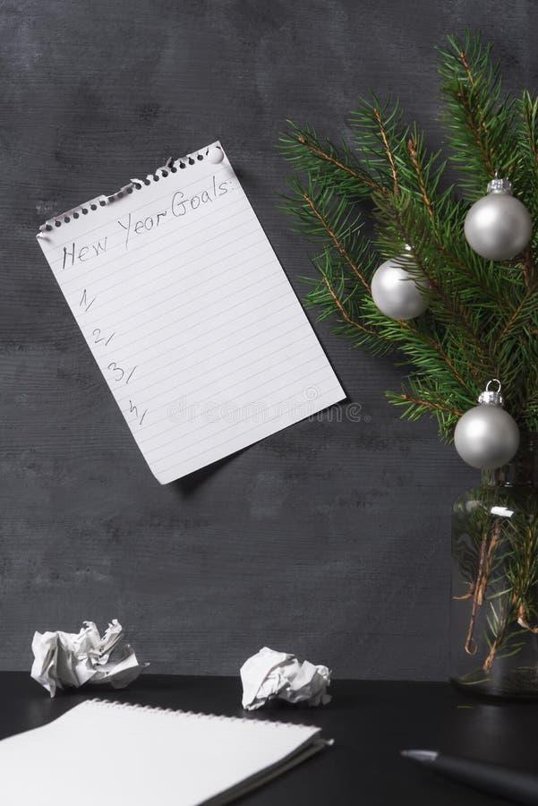 Liste de buts de nouvelle année goupillée au mur de bureau photographie stock libre de droits