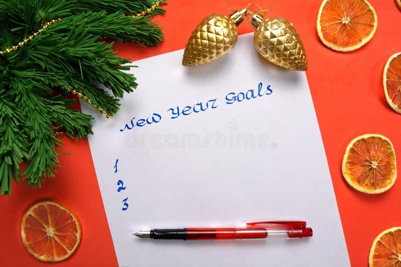 Liste de buts de nouvelle année sur le livre blanc avec le sapin, stylo, or c image libre de droits