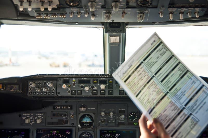 Liste de contrôle avant le vol au poste de pilotage image stock