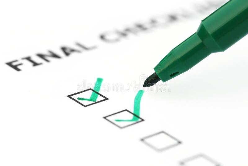 Liste de contrôle finale avec le stylo vert image stock