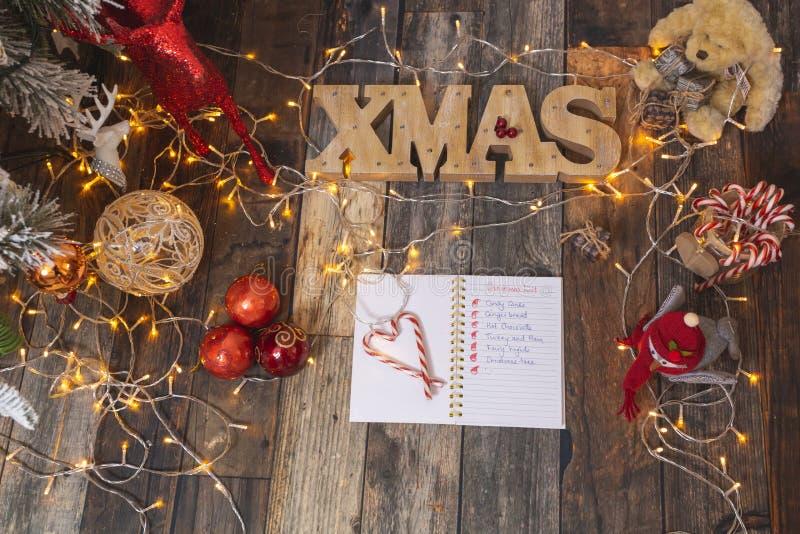 Liste de Noël en bois rustique avec décorations de Noël image libre de droits