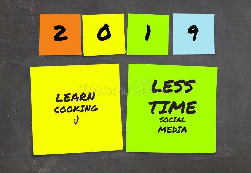 Liste de 2019 résolutions manuscrites et de buts de nouvelle année dans les notes collantes dans la détermination d'engagement et photographie stock