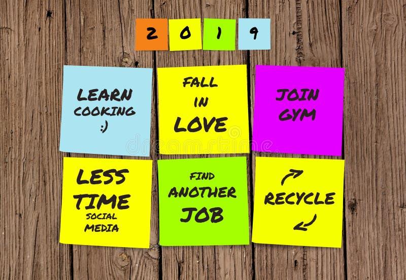 Liste de 2019 résolutions manuscrites et de buts de nouvelle année dans les notes collantes dans la détermination d'engagement et images stock