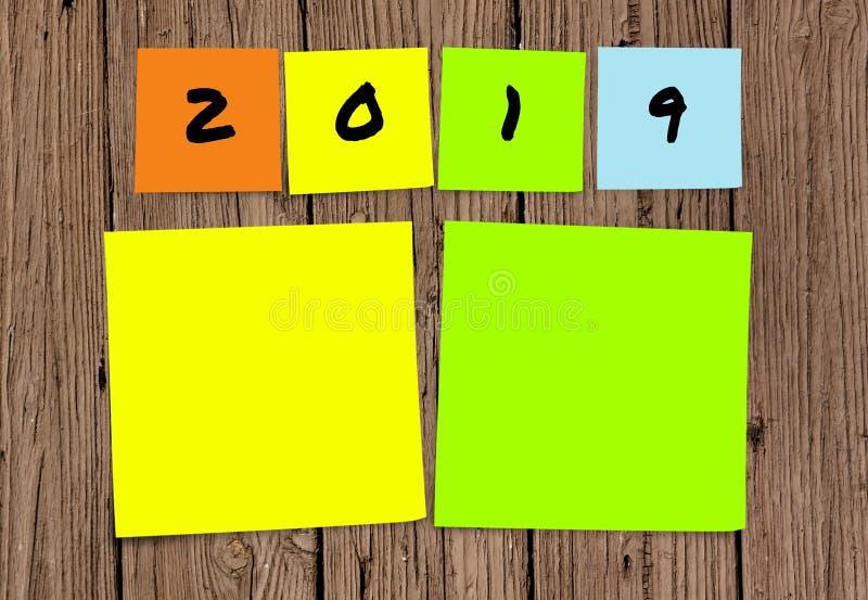 Liste de 2019 résolutions manuscrites et de buts de nouvelle année dans les notes collantes dans la détermination d'engagement et photos libres de droits