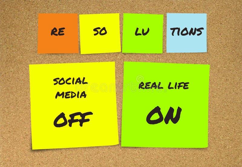 Liste de résolutions manuscrites de nouvelles années et de notes collantes de buts : médias sociaux outre de et vie réelle dessus photo stock