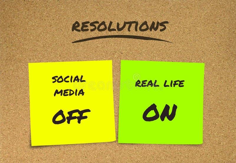 Liste de résolutions manuscrites de nouvelles années et de notes collantes de buts : médias sociaux outre de et vie réelle dessus images stock