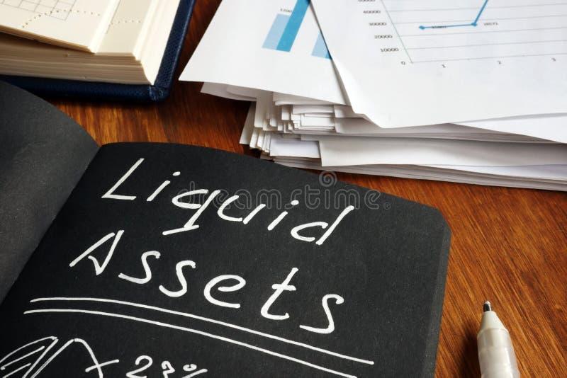 Liste des actifs liquides et calculs dans le bloc-notes photo libre de droits