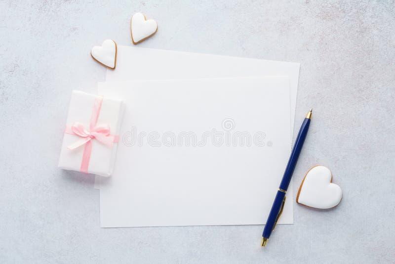 Liste des Papiers, Geschenkbox, Herz formte Plätzchen und einen Stift stockbild
