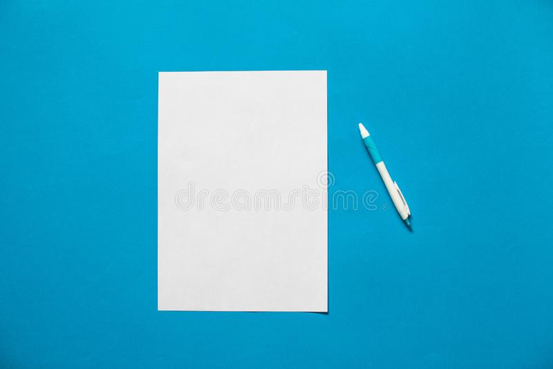 Liste et stylo de livre blanc sur le fond bleu photos libres de droits
