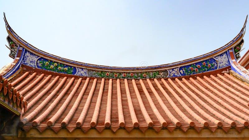 Listig verfraaid dak van een Taiwanese tempel, bloemslinger over daktegels, Tainan, Taiwan royalty-vrije stock foto