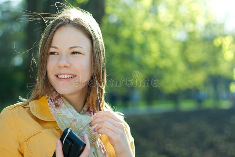 Listnening Musik der jungen Frau stockbild