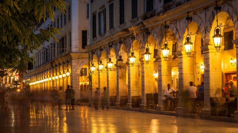 Liston-Straße nachts auf Korfu-Insel, Griechenland lizenzfreie stockbilder