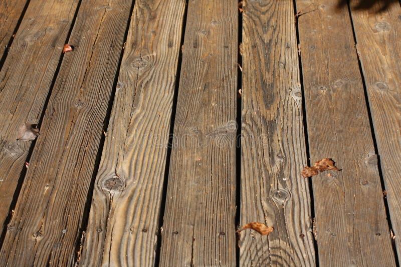 Listones de madera de una cubierta al aire libre imagenes de archivo