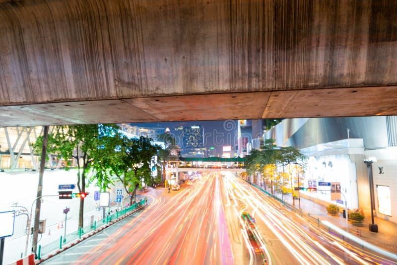 8 LISTOPAD, 2018: BANGKOK, TAJLANDIA - Długi ujawnienie nocy światło przy Ratchaprasong skrzyżowaniem Siam TAJLANDIA fotografia stock
