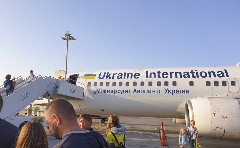Listopad 7 r., Egipt Hurghada, turystyczny samolot pokładowy Ukraina International Airlines zdjęcia stock