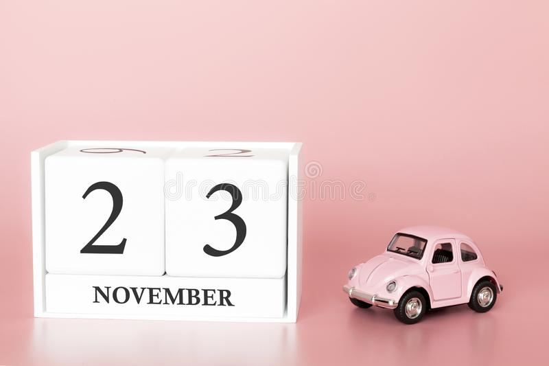 Listopad 23rd Dzie? 23 miesi?c Kalendarzowy sześcian na nowożytnym różowym tle z samochodem fotografia stock