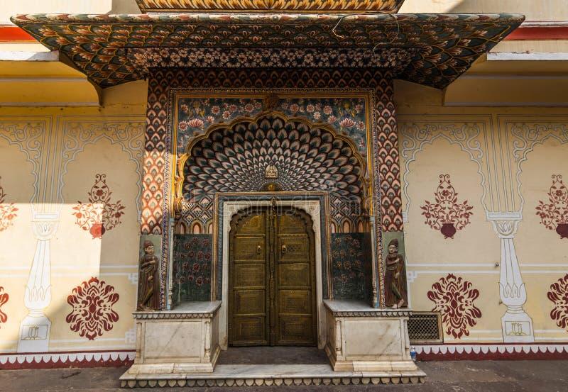 Listopad 03, 2014: Szczegół drzwi w pałac królewskim Jaipu obrazy royalty free