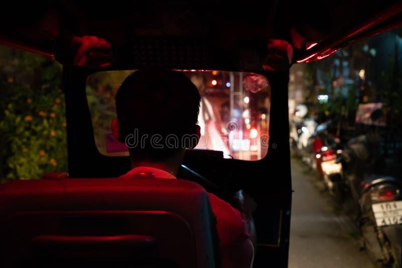 Listopad 20th & x28, 2018 - Bangkok; THAILAND& x29; - widoki z wewnątrz Tuku Tuk w Bangkok przy nocą obrazy stock