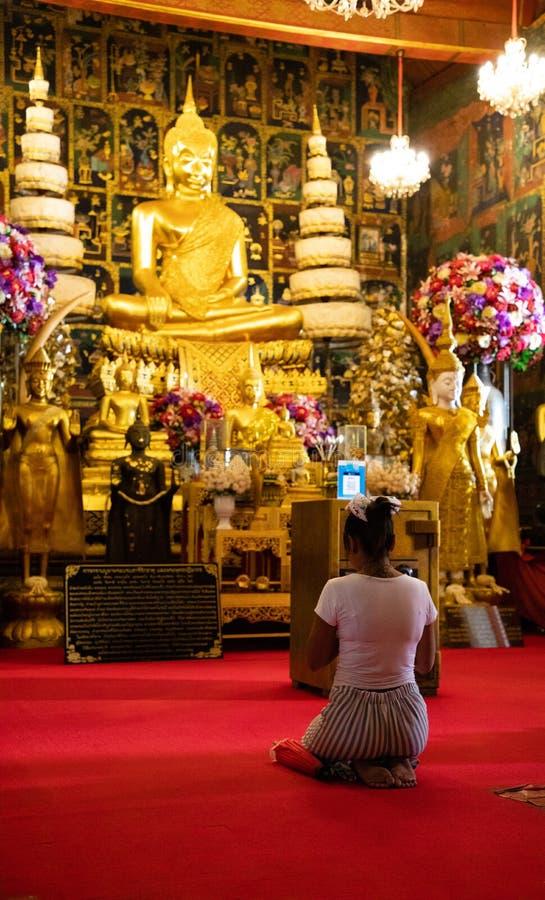 Listopad 21th, 2018 kobieta ono modli się złoty Buddha w tajlandzkiej świątyni - Ayutthaya TAJLANDIA - zdjęcia royalty free