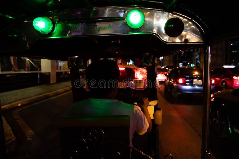 Listopad 20th, 2018 widoki z wewnątrz Tuku Tuk w Bangkok przy nocą - Bangkok TAJLANDIA - obraz royalty free