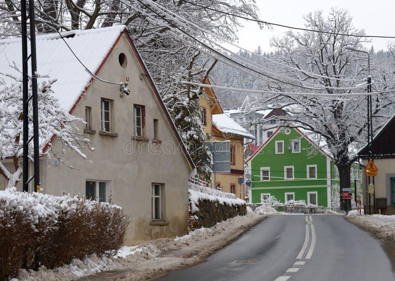 Listopad ulica w zimie, Swieradow Zdroj kurort, północny skłon Jizera góry, Polska obraz royalty free
