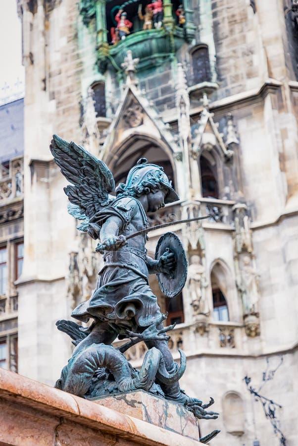 3 listopada 2019 r. Monachium, Niemcy Sławny Ratusz w Marienplatz Rzeźba, szczegóły obrazy stock