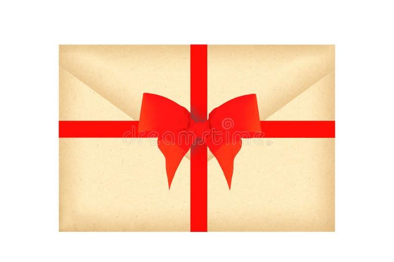 Listowa koperta z czerwonym faborkiem i łęk odizolowywający na bielu fotografia stock