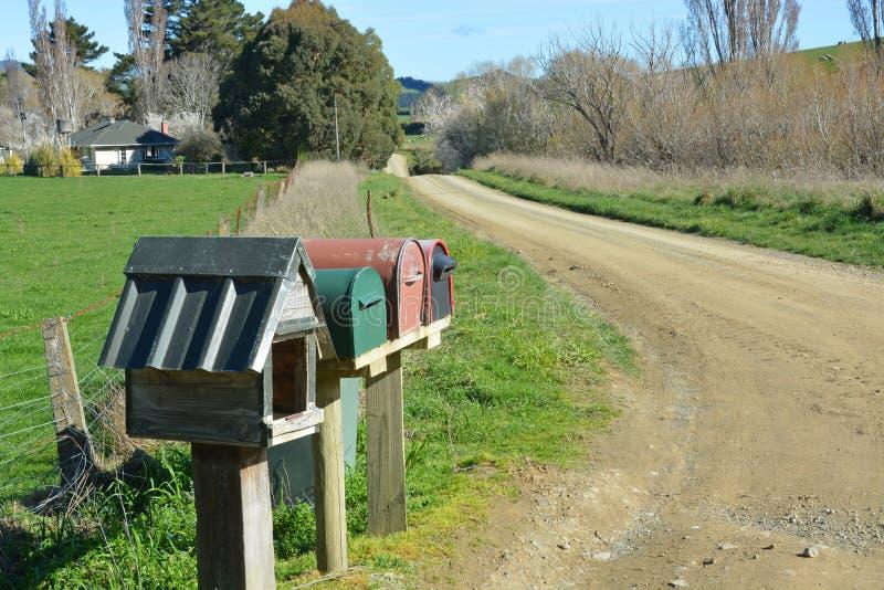 Listowi pudełka na brud rolnej drodze, Północny Canterbury Nowa Zelandia. obraz royalty free