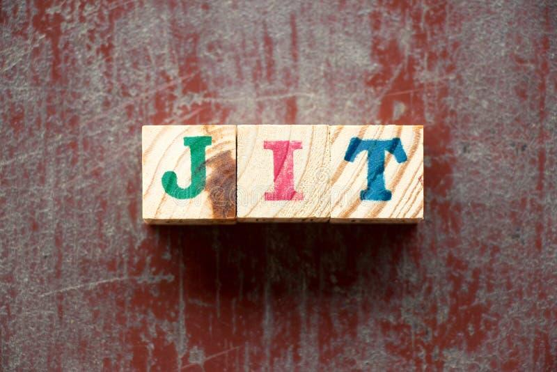 Listowy blok w słowa JIT skrócie czerwony drewniany tło w sam raz dalej ilustracji