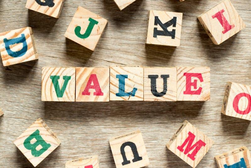 Listowy blok w słowo wartości na drewnianym tle obraz royalty free