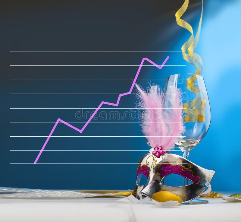 A listra roxa mostra um aumento nas celebrações do partido, indicadas com as máscaras do vidro e do partido de vinho decoradas co fotos de stock royalty free