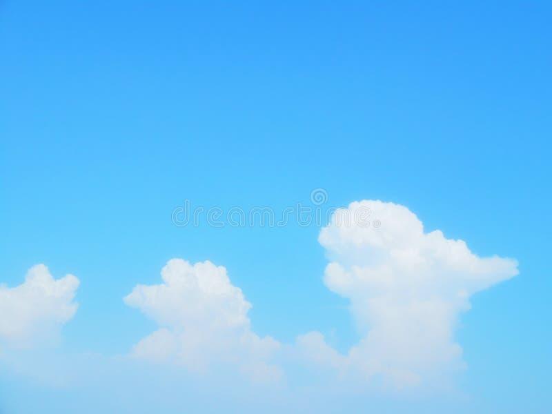 Listras das nuvens no céu azul imagem de stock