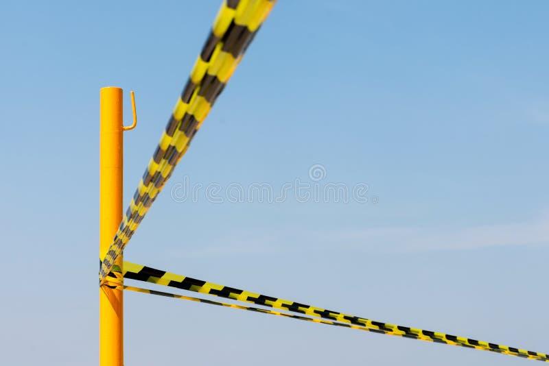 Listras negras e amarelas mostram área perigosa ou acidente com o céu azul Cena de Crime de Polícia Não Cruzar foto de stock