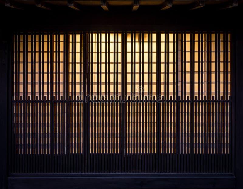 Listträvägg med glödande ljus för bakgrund arkivbilder