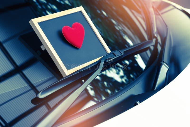 Listu miłosnego serce na kleistej notatce pod przednią szybą Rocznik fotografia stock