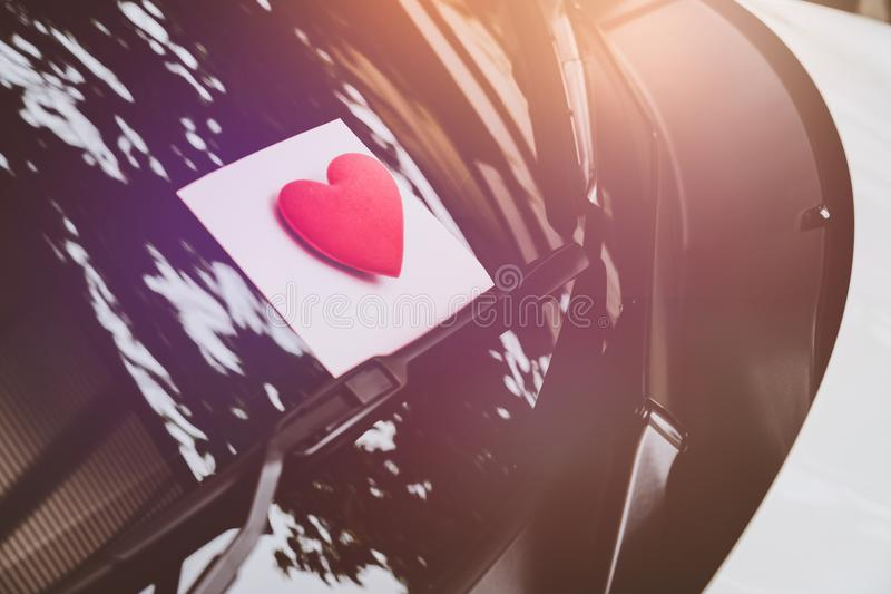 Listu miłosnego serce na kleistej notatce pod przednią szybą Rocznik obrazy royalty free