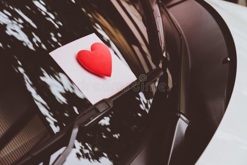 Listu miłosnego serce na kleistej notatce pod przednią szybą Rocznik obrazy stock