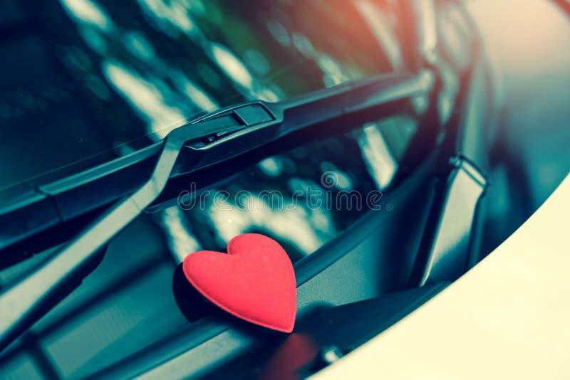 Listu miłosnego serce na kleistej notatce pod przednią szybą Rocznika koloru styl obraz stock